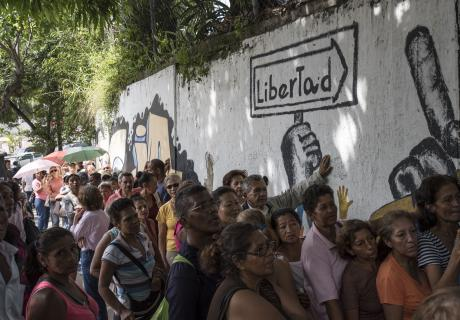Customers wait in line to enter a supermarket in Caracas, Venezuela, stockpiling scarce food and water as tensions mount ahead of a widely criticized vote to rewrite the constitution. Photographer: Carlos Becerra/Bloomberg